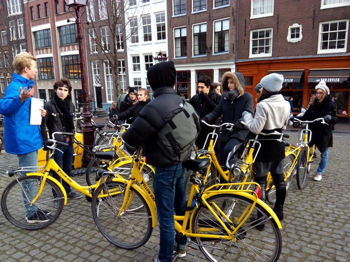 Sous le soleil ou la pluie, nous avons découvert une ville trépidante de la circulation vibrante des cyclistes et du mouvement incessant des bus et tramways.