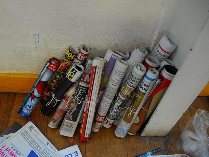 Madeleine récupère des journaux et les préserve en les entassant