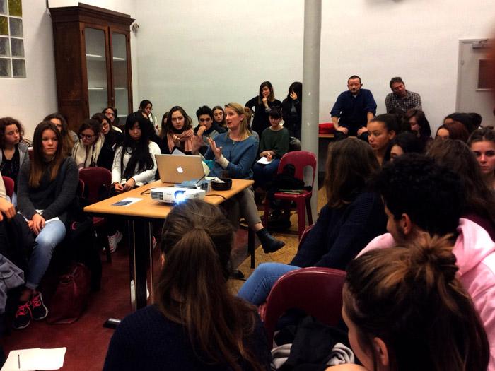 Après la conférence, Lucy Orta propose aux élèves de poser des questions... Ce fut un événement porteur de sens ! Merci à Lucy Orta.